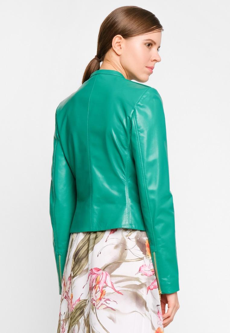 Короткая куртка из натуральной кожи с декором на плечах