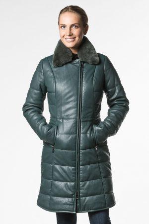 Приталенное утепленное пальто из натуральной кожи