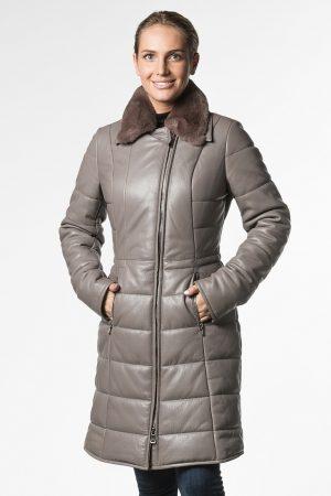 Приталенное пальто из натуральной кожи c меховым воротом