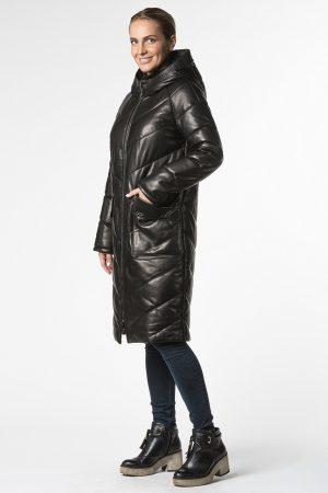 Утепленное кожаное пальто с капюшоном и накладными карманами