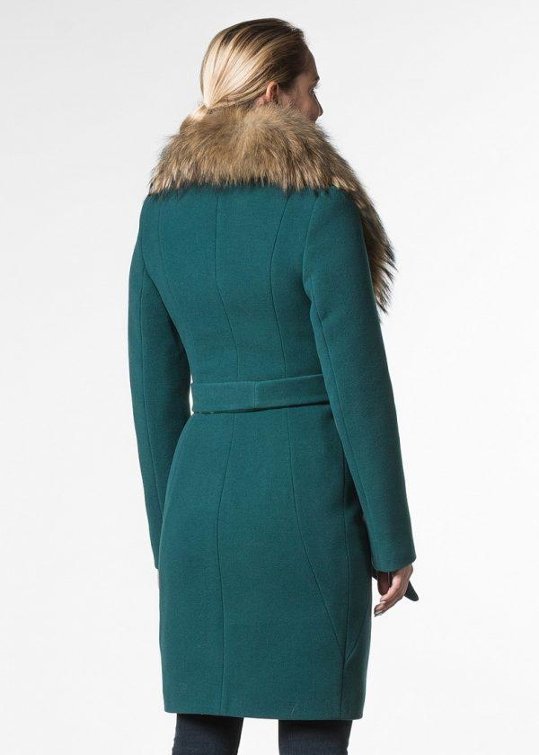 Утепленное приталенное пальто с воротом из енота