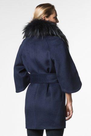 Дизайнерское пальто с укороченным рукавом и меховой отделкой из енота