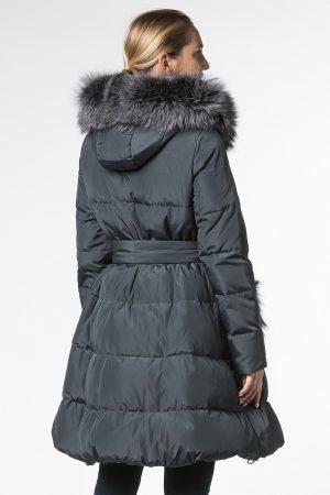 Приталенное пальто с юбкой клеш и отделкой из чернобурой лисы