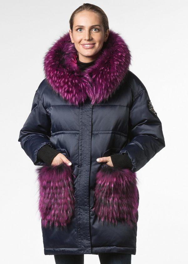 Куртка с отделкой из енота ярко малинового цвета
