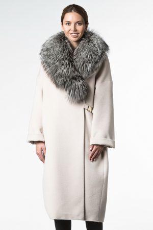 Утепленное пальто в стиле oversize с роскошным воротом из чернобурой лисы