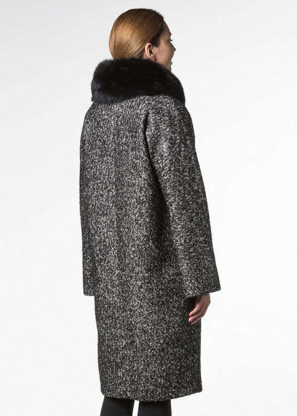 Утепленное пальто из шерсти с горжеткой из песца