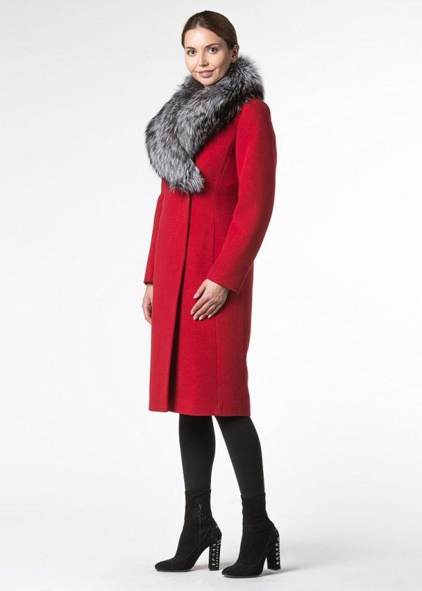 Утепленное приталенное пальто с воротом из чернобурой лисы